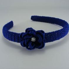 Cordeluta albastra cu floare si stras alb de dama crosetata manual Buticcochet - Coronita