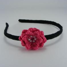 Cordeluta neagra cu floare roz bonbon si bilute albe de dama crosetata manual Buticcochet - Coronita