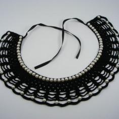 Guler crosetat manual de dama negru cu perle albe sidefate Buticcochet - Colier fashion