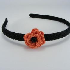 Cordeluta neagra cu floare portocalie si perla neagra de dama crosetata manual Buticcochet - Coronita