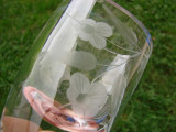 Frumaosa vaza in miniatura din cristal gravat cu motive florale