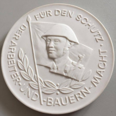 MEISSEN MEDALIE PORTELAN 10 CM, Europa, An: 1982