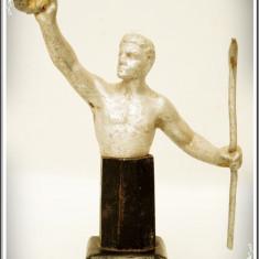 DEMNITAR ROMAN - STATUETĂ VECHE DE BIROU TURNATĂ DIN ALUMINIU PE SOCLU DE LEMN! - Metal/Fonta, Statuete