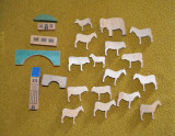 Lot jucarii figurine animale de lemn si cladiri, jucarii Waldorf, 4-9cm, decor,