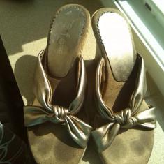 Papuci / sandale dama marimea 4 sau 37 wedge cu auriu fiore - Papuci dama