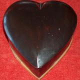 Casetă veche din lemn în formă de inimă