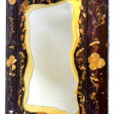 Oglinda veche rama decorata cu flori naturale presate in rasina - anii '60 - '70