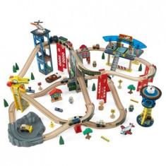 Trenulet Kidkraft din lemn Super Highway cu set de accesorii