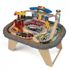 Trenulet Kidkraft din lemn Transportation Station si masa de joaca