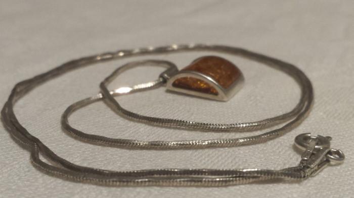 MEDALION argint cu Chihlimbar in anturaj ELEGANT finut DE EFECT pe Lant argint