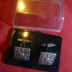 Pereche Butoni vechi, din argint marcat, cca 16 g, l patrat =2 cm