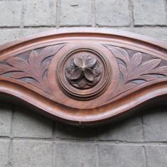 Ornament vechi din lemn sculptat, partea de sus a unui dulap antic