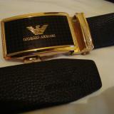 Curea G A negru pentru pantaloni, blugi, cu catarama metalica cu cadran auriu