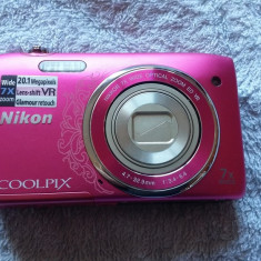 CAMERA FOTO NIKON COOLPIX S3500, DISPLAY SPART, SE VINDE FARA ACUMULATOR . - Aparate foto compacte