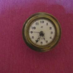 Doua ceasuri victoria pt colectie unul nu are postamentul de portelan