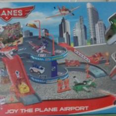 Parcare aeroport + 2 avioane din PLANES - Avion de jucarie