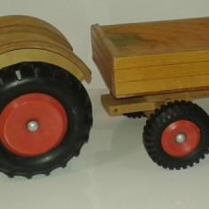 Jucarie veche din lemn, tractor cu remorca - Jucarie de colectie