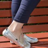 Pantof argintiu, din piele cu aspect lucios si model clasic