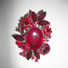 Brosa rosie, aurie sau marsala, confectionata din pietre lucioase - Brosa Fashion