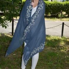 Esarfa eleganta de culoare bleumarin cu broderie florala crem - Esarfa, Sal Dama