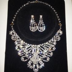 Set de bijuterii de culoare gri, argintiu din strasuri stralucitoare