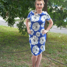 Rochie de zi, de culoare albastra, cu imprimeu floral, model cambrat