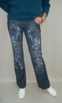 Blue jeans femei decorati cu o broderie foto