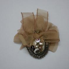 Brosa vintage, nuanta de maro, design interesant de nasturi - Brosa Fashion