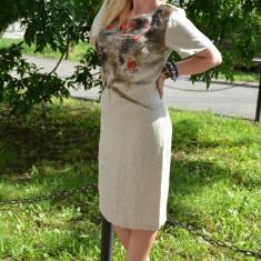 Rochie deosebita de zi, de culoare bej, cu flori brodate in fata - Rochie office