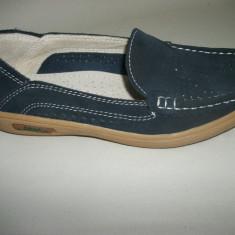Pantof de culoare bleumarin, din piele cu model de perforatii