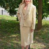 Costum elegant de toamna-iarna, bej, sacou cu guler din blanita - Costum dama