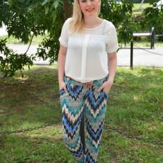 Pantalon de vara, de culoare albastra, cu imprimeu rafinat - Pantaloni dama