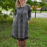 Rochie trendy cu croi lejer si insertii de dantela, culoare gri-negru