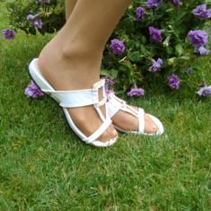 Papuc de vara, de culoare alba, decorata cu pietre stralucitoare - Papuci dama