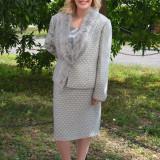 Costum de ocazie, gri deschis, material lucios cu design de blanita - Costum dama