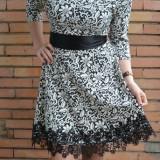 Rochie eleganta, scurta, nuanta alba cu model negru si dantela
