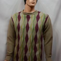 Pulover barbatesc, nuanta de maro, cu imprimeu geometric multicolor - Pulover barbati
