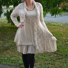 Rochie tricotata, de toamna, bej, design cu insertii de dantela - Rochie tricotate, Marime: 44