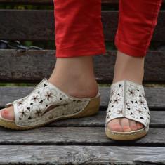Papuc de vara cu aspect deosebit, bej cu design floral maro - Papuci dama