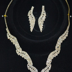 Set de bijuterii din doua piese, culoare aurie cu cristale fine