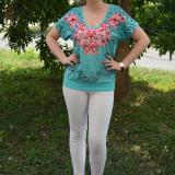 Tricou cu imprimeu floral pe fond de nuanta turcoaz sau corai