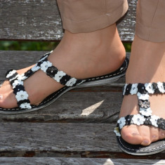 Papuc deosebit de vara, talpa joasa si design cu flori alb-negru - Papuci dama