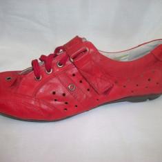 Pantof rosu deosebit, din piele moale cu perforatii, model sport