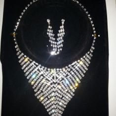 Set de bijuterii rafinat, argintiu, ideal pentru evenimente speciale