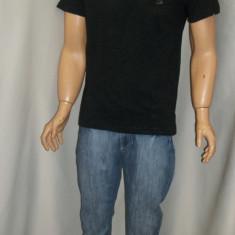 Tricou barbatesc de culoare neagra, cu imprimeu in fata