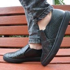 Pantof modern de culoare neagra, din piele ecologica lucioasa