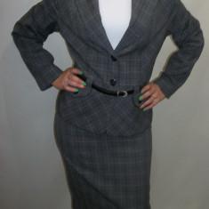 Costum dama, business, in carouri gri, cu o curea in talie