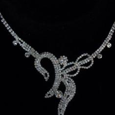 Set de bijuterii, din cristale albe asezate in fond metalic argintiu