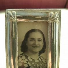 Rama foto mini cu fata de argint, cu poza veche cu o doamna, 7x5cm