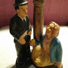Statueta bibelou ceramica (portelan?) Charlie Chaplin si o doamna langa felinar